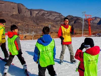 青少年滑雪冬令营