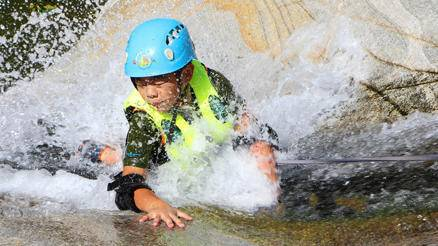 青少年峡谷溯溪体验